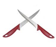 Duas facas cruzadas isoladas no branco Foto de Stock