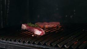 Duas fatias de carne dos vários graus de prontidão encontram-se na grade filme