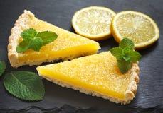 Duas fatias de torta do limão Fotografia de Stock