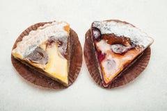 Duas fatias de tortas do fruto em um fundo branco do vintage fotografia de stock royalty free