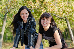 Duas felizes, jovens mulheres de sorriso Fotos de Stock Royalty Free