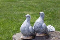 Duas figuras da decoração cinzenta do casamento dos pombos fotos de stock royalty free