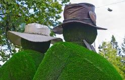 Duas figuras feitas fora da grama Foto de Stock Royalty Free
