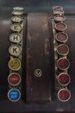 Duas fileiras das chaves em uma caixa registadora antiga Imagem de Stock