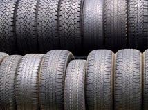 Duas fileiras de pneus usados na luz difundida Imagens de Stock Royalty Free