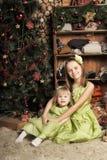 Duas filhas em um vestido verde Imagem de Stock