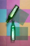 Duas garrafas coloridas em um fundo geométrico abstrato Imagens de Stock Royalty Free