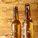 Duas garrafas de cerveja gelados tomadas recentemente fora do refrigerador foto de stock