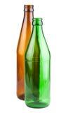 Duas garrafas de cerveja verdes e marrons vazias Imagens de Stock