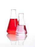 Duas garrafas de vidro de Erlenmeyer com um líquido vermelho Imagens de Stock Royalty Free