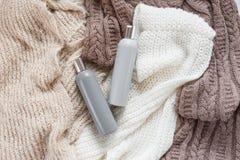 Duas garrafas do detergente para a roupa líquido vazio no fundo feito malha colorido da textura Vista superior Fotografia de Stock Royalty Free