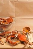 Duas garras azuis colossais do chesapeake cozinhado e temperado crabs em uma placa de corte de madeira Fotos de Stock Royalty Free