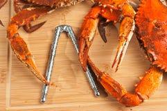 Duas garras azuis colossais do chesapeake cozinhado e temperado crabs em uma placa de corte de madeira Fotos de Stock