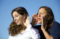 Duas gerações, amigos, shouting e escutando Imagem de Stock Royalty Free