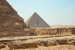 Duas grandes pirâmides de Egito em Giza, opinião do clouseup no fundo do céu azul com ninguém foto de stock