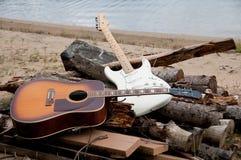 Duas guitarra na praia Imagens de Stock Royalty Free