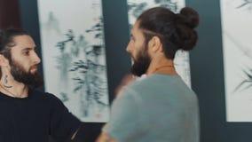 Duas habilidades praticando do kung-fu do guerreiro adulto no salão do treinamento video estoque