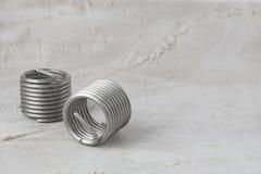Duas inserções grandes da linha do fio, cor cinzenta, corredor livre no fundo cinzento do cimento Aço inoxidável Horizontal com e fotografia de stock