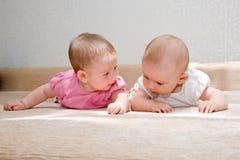 Duas irmãs, bebés gêmeos Imagem de Stock