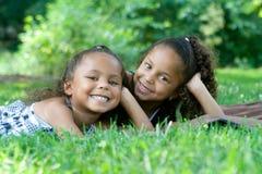 Duas irmãs bonitas da raça misturada imagem de stock royalty free