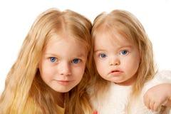 Duas irmãs bonitas. Preschooler e bebé. Fotografia de Stock Royalty Free