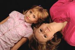 Duas irmãs bonitos foto de stock