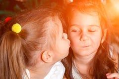 Duas irmãs bonitos da mesma mentira da idade ao lado da árvore do ano novo um imagens de stock