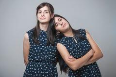 Duas irmãs com caras engraçadas imagem de stock royalty free