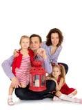 Duas irmãs com seus pais Imagens de Stock