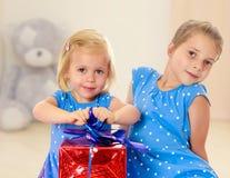 Duas irmãs com um presente Imagens de Stock