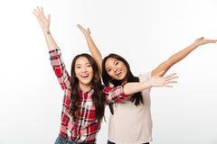 Duas irmãs consideravelmente emocionais das senhoras do asiático Imagens de Stock Royalty Free