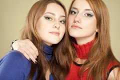Duas irmãs cuidadosas Fotografia de Stock Royalty Free