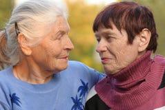 Duas irmãs da idade avançada imagens de stock royalty free