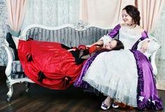 Duas irmãs das mulheres em vestidos medievais Fotos de Stock