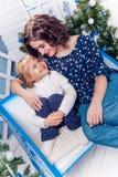 Duas irmãs em sorrisos das decorações do Natal foto de stock royalty free