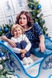 Duas irmãs em sorrisos das decorações do Natal fotos de stock