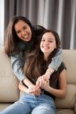 Duas irmãs felizes e do divertimento Fotos de Stock Royalty Free