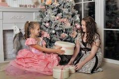 Duas irmãs felizes no Natal Imagem de Stock Royalty Free