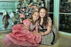Duas irmãs felizes no Natal Imagens de Stock Royalty Free