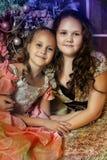 Duas irmãs felizes no Natal Fotos de Stock Royalty Free