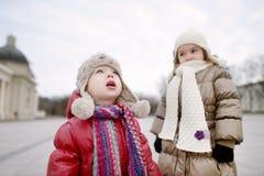 Duas irmãs fora no outono atrasado Fotografia de Stock Royalty Free