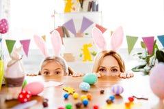 Duas irmãs mais nova bonitos, amigos que vestem as orelhas do coelho, custo do coelho fotografia de stock royalty free