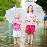 Duas irmãs mais nova bonitos em um dia de verão chuvoso Fotos de Stock Royalty Free