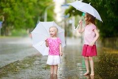 Duas irmãs mais nova bonitos em um dia de verão chuvoso Imagens de Stock Royalty Free