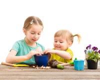 Duas irmãs mais nova são contratadas na jardinagem Fotos de Stock