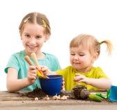 Duas irmãs mais nova são contratadas na jardinagem Foto de Stock Royalty Free