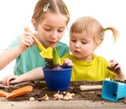 Duas irmãs mais nova são contratadas na jardinagem Foto de Stock