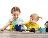 Duas irmãs mais nova são contratadas na jardinagem Imagem de Stock Royalty Free