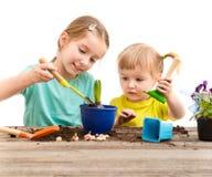 Duas irmãs mais nova são contratadas na jardinagem Imagens de Stock