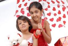 Duas irmãs no tema vermelho e branco Fotos de Stock